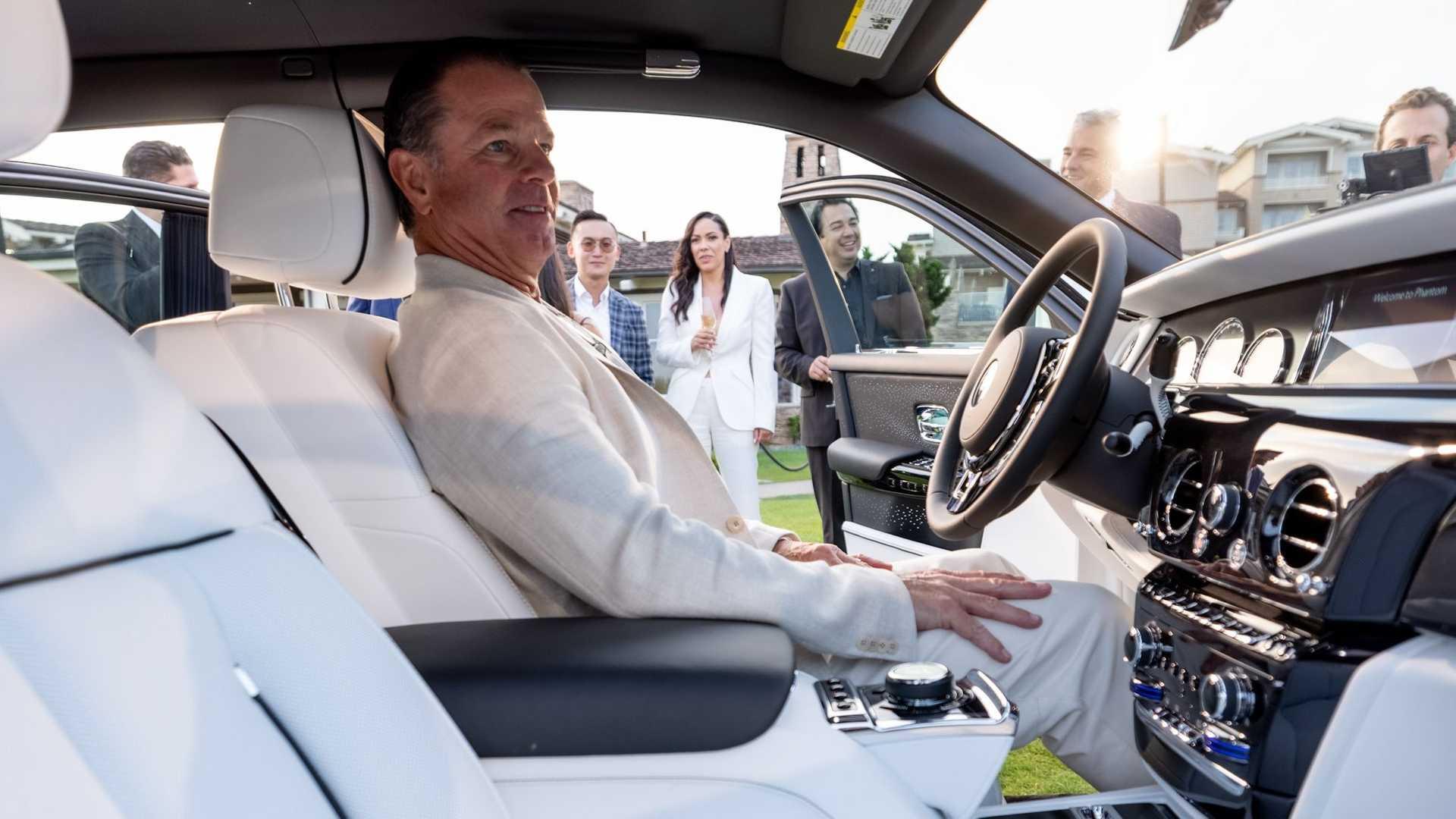 Bộ-đôi-Rolls-Royce-cá-nhân-hóa-kỷ-niệm-dịp-đặc-biệt-của-chủ-nhân (15).jpg