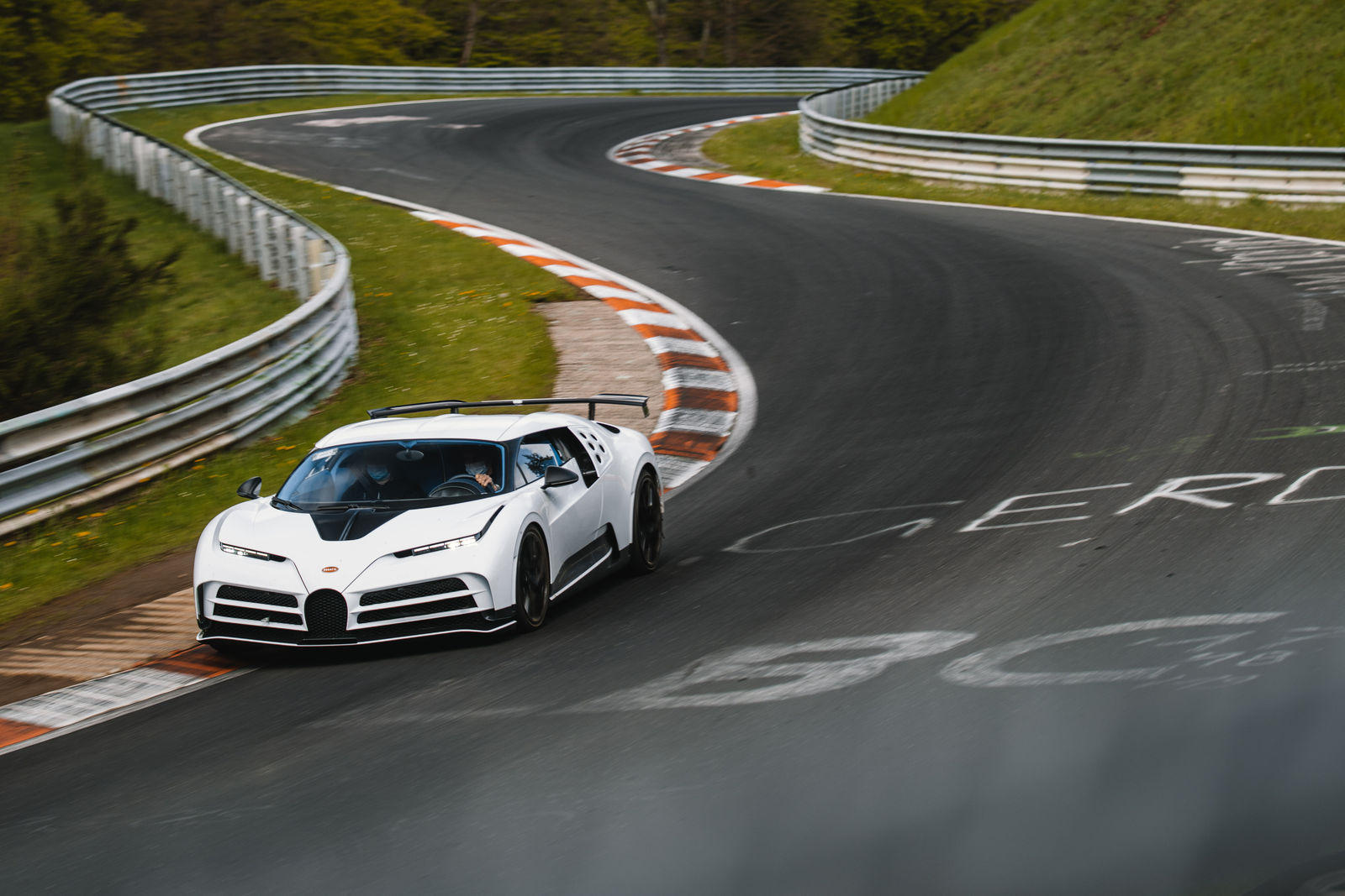 Bugatti-mang-dàn-hypercar-hơn-2-triệu-đô-đến-Nurburgring (6).jpg