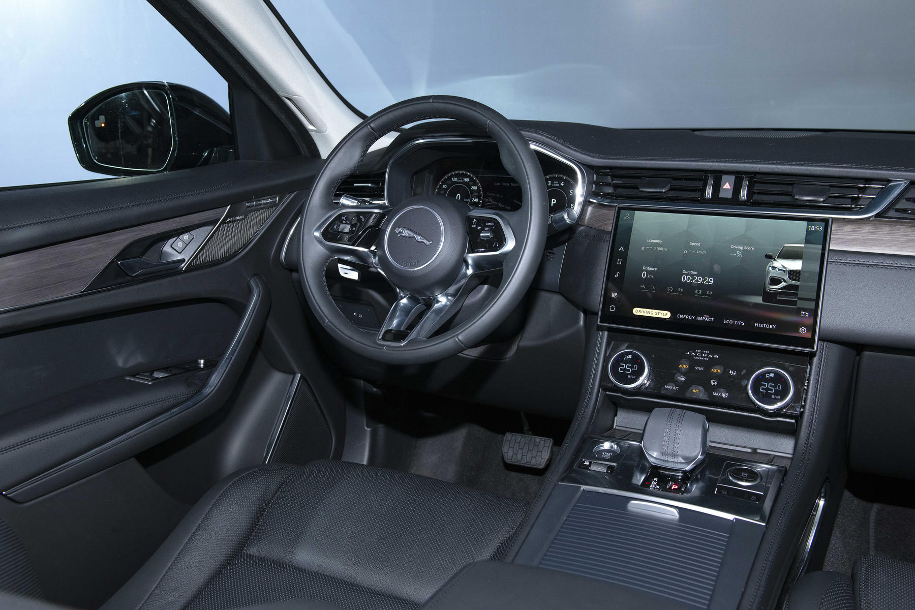 Jaguar F-Pace Noi That 3.JPG