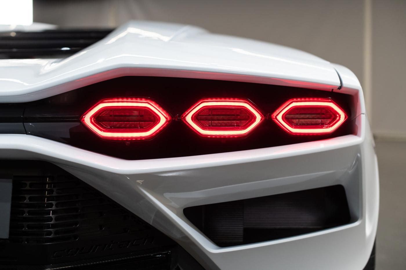 Lamborghini Countach LPI 800-4 (14).JPG