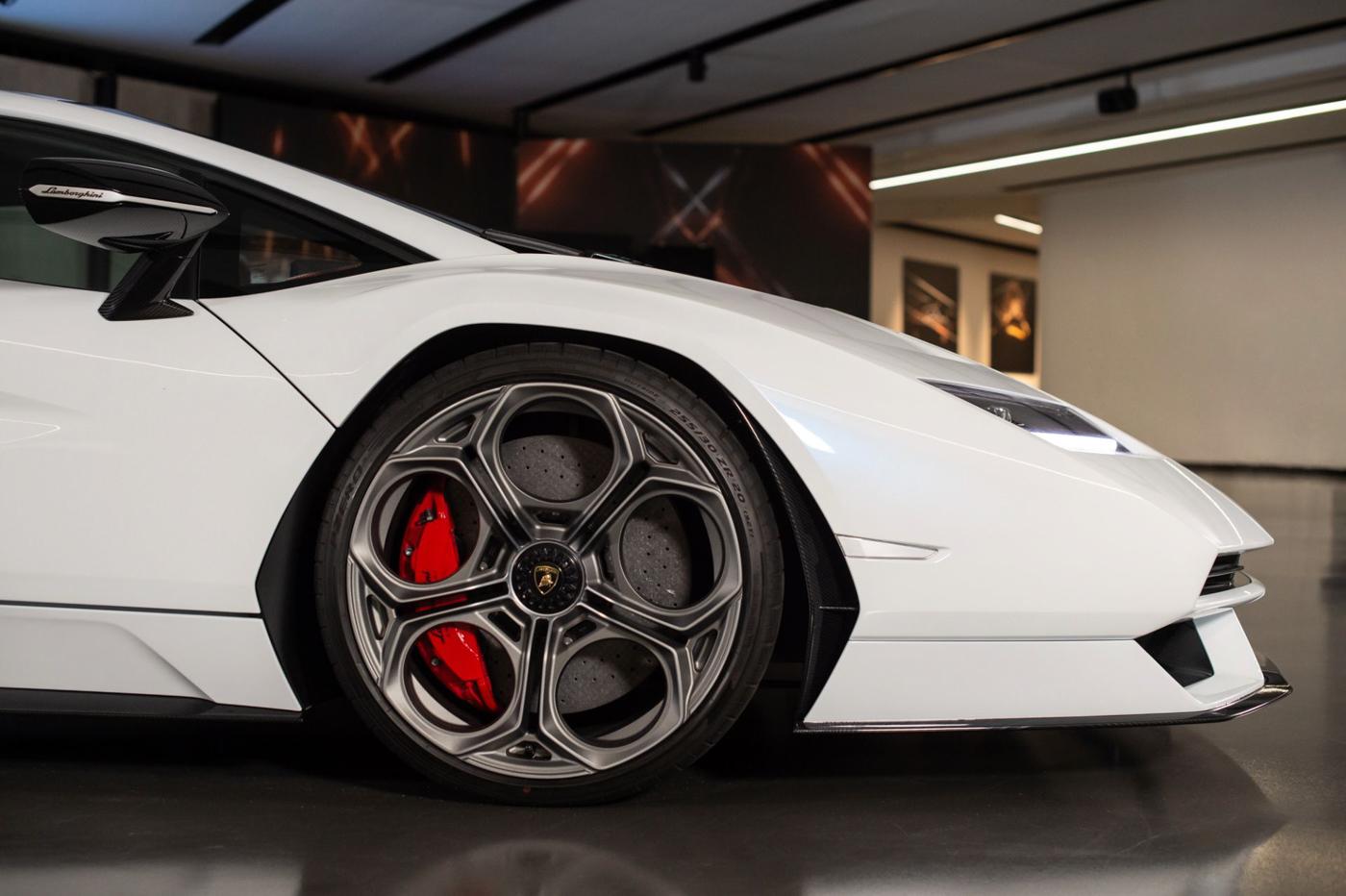 Lamborghini Countach LPI 800-4 (17).JPG