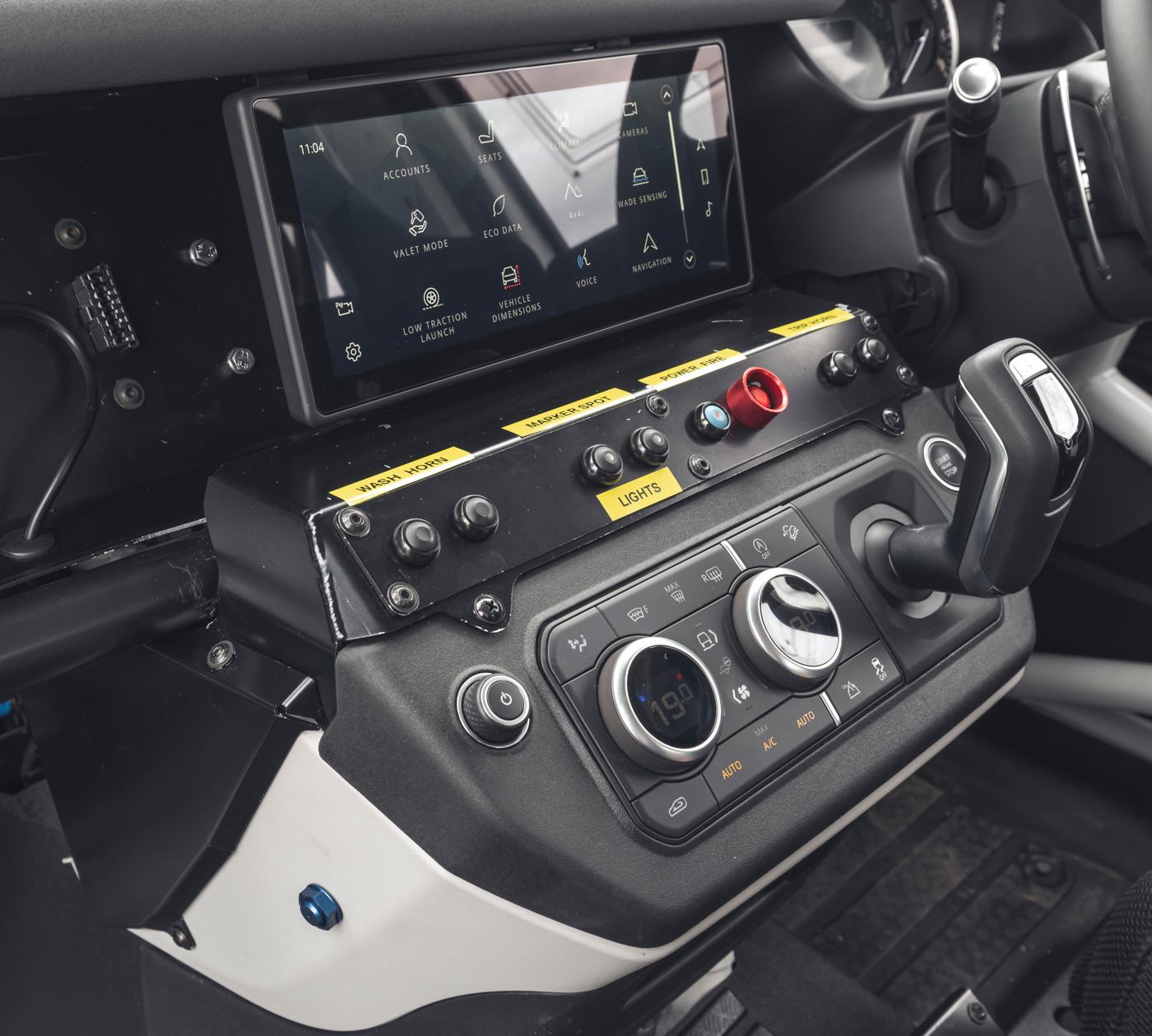 Land-Rover-hợp-tác-cùng-Bowler-ra-mắt-phiên-bản-đua-địa-hình-của-Defender-14.jpg