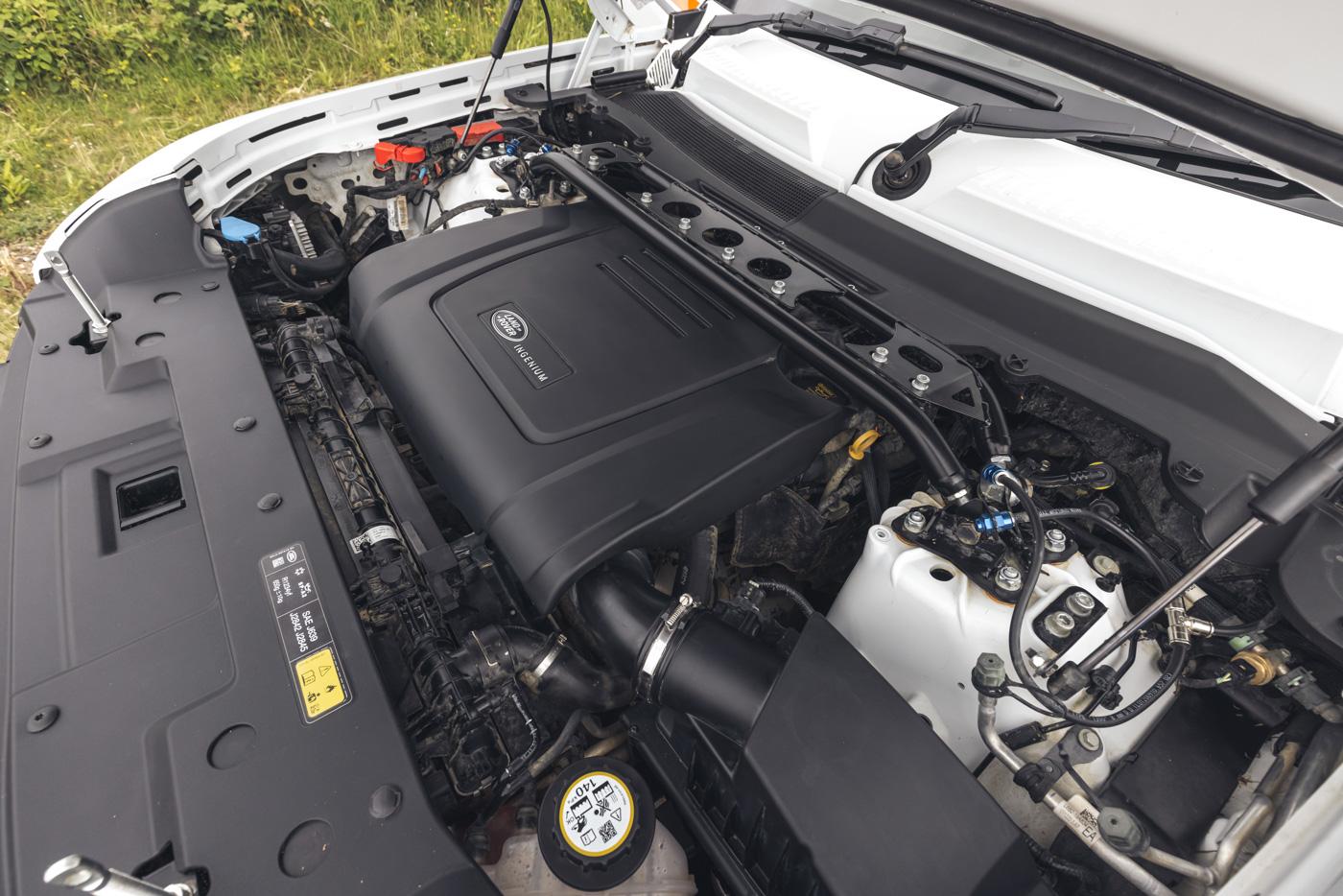 Land-Rover-hợp-tác-cùng-Bowler-ra-mắt-phiên-bản-đua-địa-hình-của-Defender-18.jpg