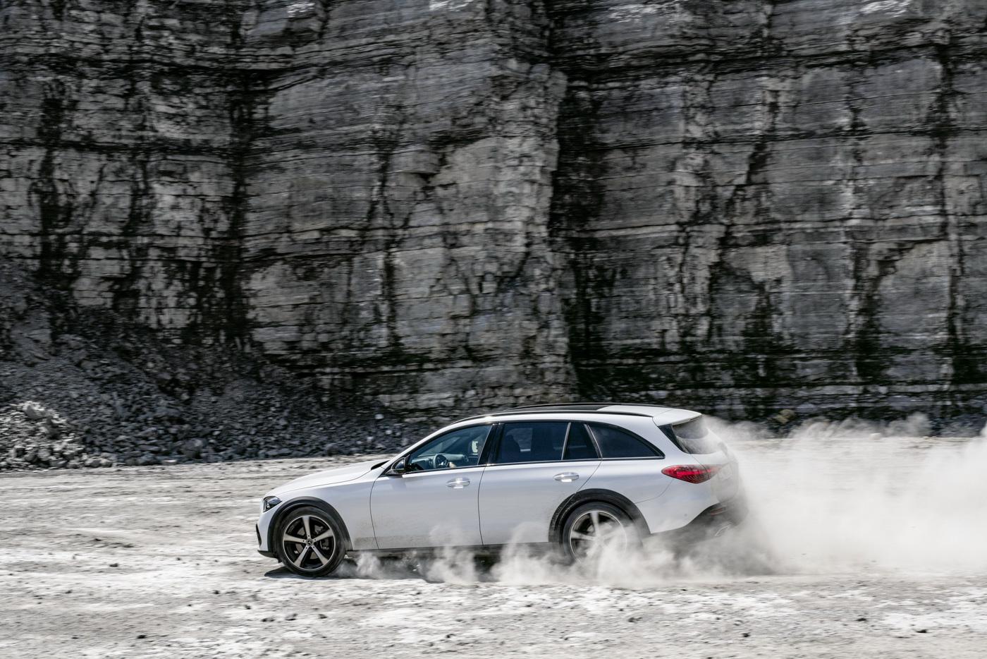 Mercedes-benz-c-class-all-terrain-di-den-moi-noi-cung-mau-xe-gia-dinh-day-thuc-dung (15).JPG