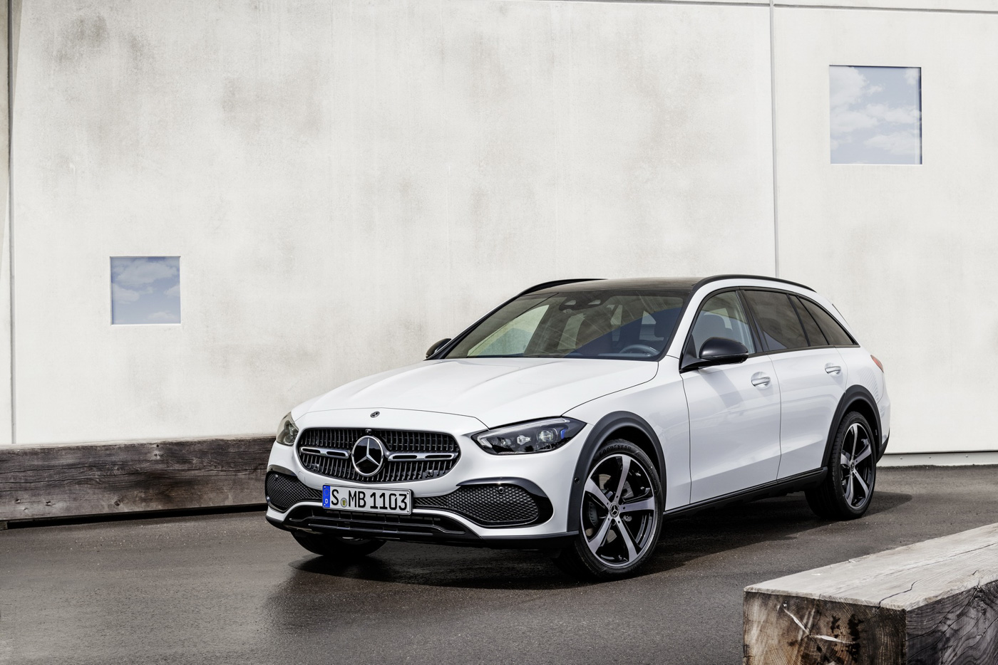 Mercedes-benz-c-class-all-terrain-di-den-moi-noi-cung-mau-xe-gia-dinh-day-thuc-dung (2).JPG