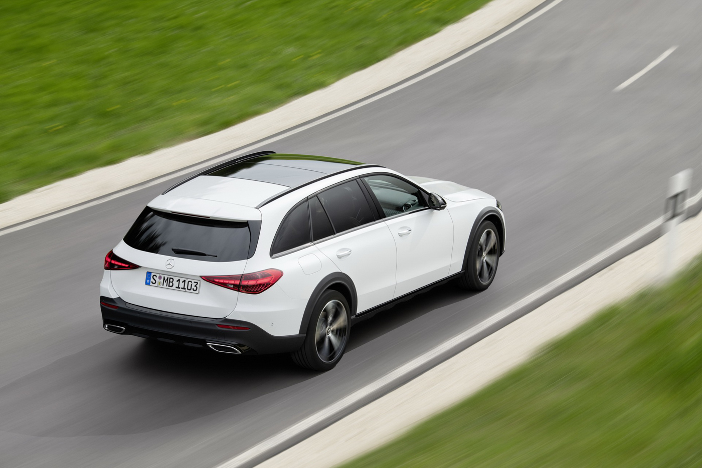 Mercedes-benz-c-class-all-terrain-di-den-moi-noi-cung-mau-xe-gia-dinh-day-thuc-dung (8).JPG