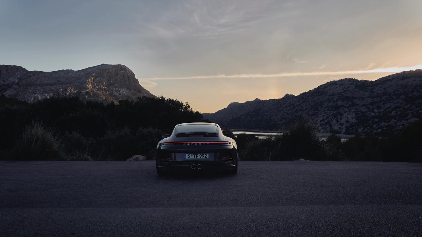 Porsche-911-GT3-Touring-2022-Tìm-lại-sự-phấn-khích-cổ-điển-của-Porsche-10.jpg