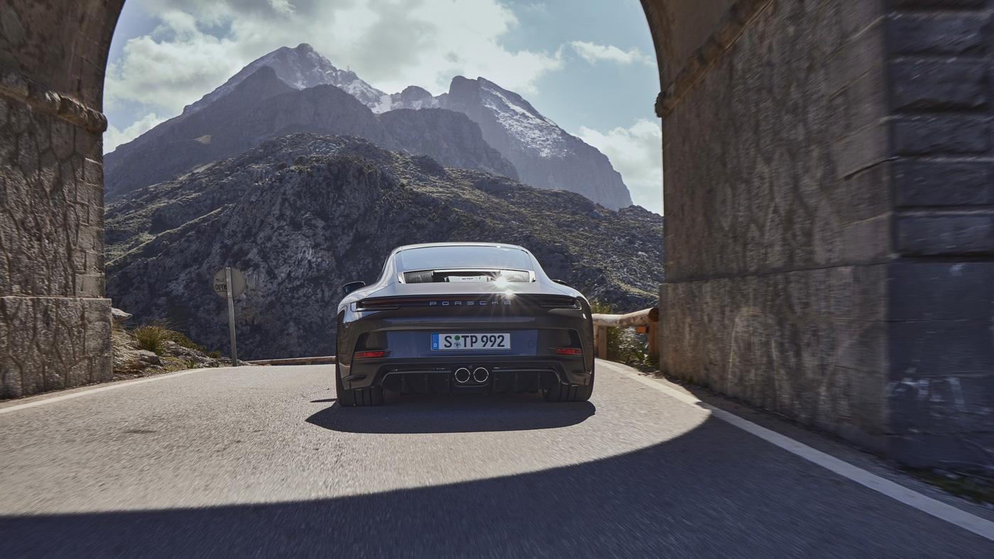 Porsche-911-GT3-Touring-2022-Tìm-lại-sự-phấn-khích-cổ-điển-của-Porsche-11.jpg