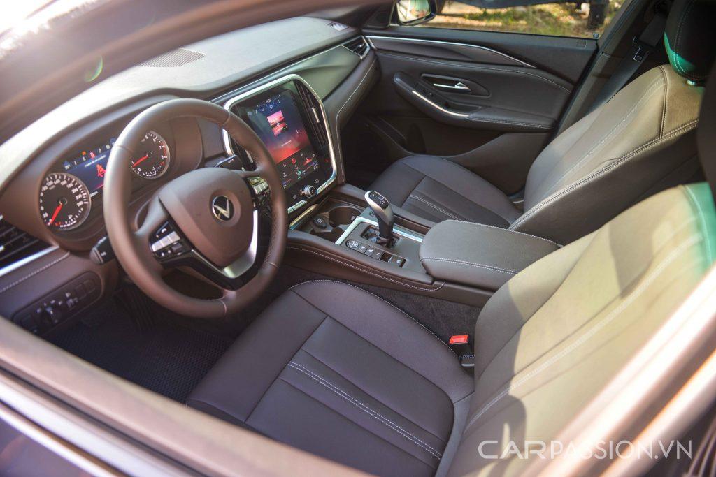 Khoang lái VinFast Lux A2.0 bản tiêu chuẩn